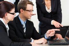Negócio - os empresários têm a reunião da equipe em um escritório imagens de stock