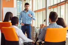 Negócio, partida, apresentação, estratégia e conceito dos povos - equipe a fatura da apresentação à equipe criativa no escritório