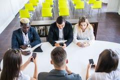 Negócio, povos e conceito da tecnologia - próximo acima da equipe criativa com os computadores do PC do portátil e da tabuleta qu imagem de stock royalty free