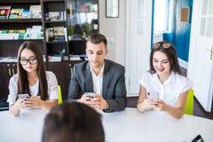 Negócio, povos e conceito da tecnologia - próximo acima da equipe criativa com os computadores do PC do portátil e da tabuleta qu imagens de stock