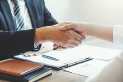 Negócio que agita as mãos que cumprimentam colegas novos em seguida durante o conceito da entrevista de trabalho fotografia de stock royalty free
