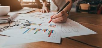 Negócio que aponta o salário do equilíbrio de renda do plano foto de stock