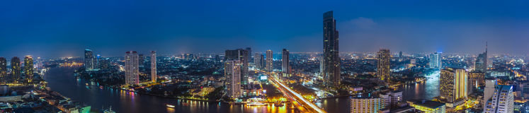 Negócio que constrói a área da cidade de Banguecoque na vida noturna com transporte Foto de Stock