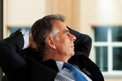 Negócio - saliência que contempla em seu escritório fotografia de stock