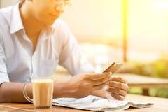 Negócio, smartphone e jornal Imagens de Stock