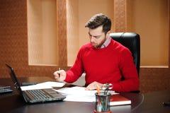 Negócio Startup, programador de software que trabalha no computador no escritório moderno fotografia de stock