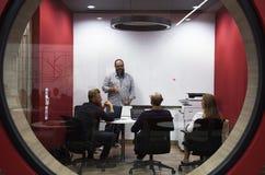 Negócio Startup Team Brainstorming na oficina da reunião imagem de stock