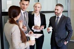 Negócio Team Chatting na ruptura de café foto de stock