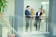 Negócio Team Chatting no trabalho fotos de stock