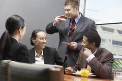 Negócio Team Having uma ruptura de café imagens de stock royalty free