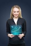 Negócio, tecnologia, conceito do investimento - mulher de negócios de sorriso nova amigável com PC da tabuleta e gráfico fotos de stock
