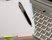 Negócio - tomando notas por um portátil Fotos de Stock Royalty Free