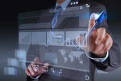 Negócio virtual da carta do toque da mão do homem de negócios Foto de Stock