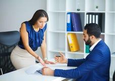 Negócios Negociações de condução a de mulher de negócio do escritório e de homem de negócio foto de stock royalty free