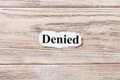 Negado de la palabra en el papel Concepto Palabras de negado en un fondo de madera foto de archivo