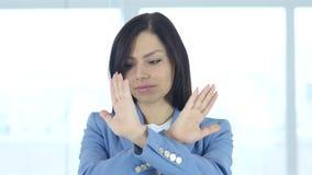 Negando oferta sacudiendo a la cabeza, rechazando gesto de mano almacen de video