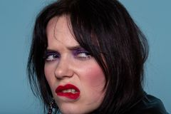 Negatieve emoties, ontevredenheid Chagrijnige beledigde vrouw met kleurrijke make-up royalty-vrije stock foto