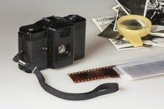 Negatieven van de folie de oude compacte camera en zwart-witte foto's Stock Afbeeldingen