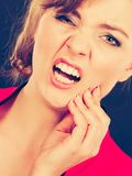 Negativ sinnesrörelse Kvinna som har tandknip Royaltyfria Foton