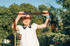Negativa de película de la tenencia de la niña en sus manos y la mirada de la película fotográfica con interés y sorpresa foto de archivo libre de regalías