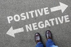 Negatives Positiv, das gutes schlechtes Gedankenhaltungsgeschäft c denkt lizenzfreies stockbild