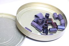 Negativos do arquivo do filme em uma lata redonda do metal Foto de Stock