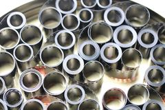 Negativos do arquivo do filme em uma lata redonda do metal imagem de stock