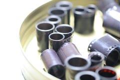 Negativos do arquivo do filme em uma lata redonda do metal fotos de stock royalty free