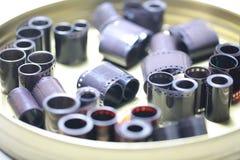 Negativos do arquivo do filme em uma lata redonda do metal imagem de stock royalty free