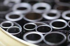 Negativos do arquivo do filme em uma lata redonda do metal imagens de stock