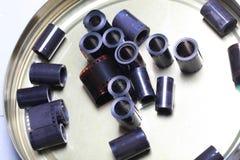 Negativos do arquivo do filme em uma lata redonda do metal imagens de stock royalty free
