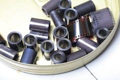 Negativos velhos do arquivo do filme em uma lata redonda do metal Imagens de Stock Royalty Free