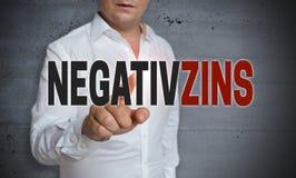 Negativzins i tysk pekskärm för negativt intresse är fungerar Royaltyfri Foto