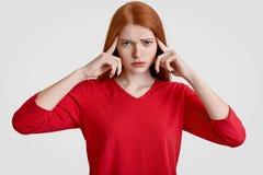 Negatywny ludzki wyrazu twarzy pojęcie Stresująca zapracowana skwaśniała kobieta piegowatą twarz, utrzymuje oba palce wskazującyc obraz royalty free