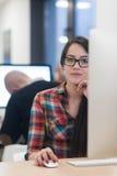 Negócio Startup, mulher que trabalha no computador de secretária Fotos de Stock