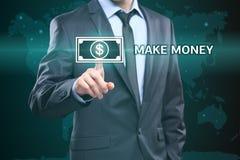 Negócio, tecnologia, conceito do Internet - a pressão do homem de negócios faz o botão do dinheiro em telas virtuais Imagens de Stock