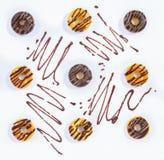 Negen Donuts op een Witte oppervlakte Hoogste mening stock afbeeldingen