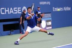 Negen keer Grote Slagkampioen Novak Djokovic in actie tijdens eerste ronde gelijke bij US Open 2015 stock afbeelding