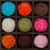 Negen kleurrijke ballen van garen in printersdoos Royalty-vrije Stock Fotografie