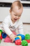 Negen maanden oud van het babymeisje de zittings op de vloer Royalty-vrije Stock Afbeelding