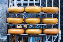 Negen ronde die Goudse kazen buiten een opslag van de kaasfabriek in Amsterdam, Nederland worden gestapeld royalty-vrije stock foto's