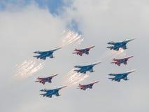 Negen vechters su-27 en mig-29 staken een begroeting in brand en feyervek Royalty-vrije Stock Foto's