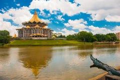 Negeri undangan Sarawak de Dewan Assemblée législative d'état de Sarawak dans Kuching, Sarawak, Malaisie Monument au crocodile Image stock