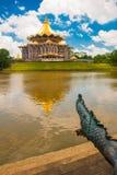 Negeri undangan Sarawak de Dewan Assemblée législative d'état de Sarawak dans Kuching, Sarawak, Malaisie Monument au crocodile Images stock