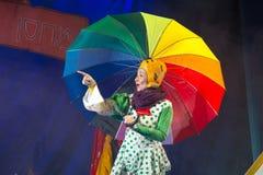 Negev, μπύρα-Sheva, Ισραήλ - 12 Οκτωβρίου - μεγάλη ηθοποιός παιχνιδιού των παιδιών με μια φωτεινή χρωματισμένη ομπρέλα Στοκ Φωτογραφίες