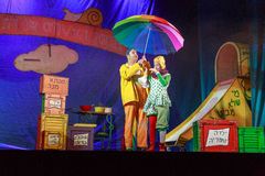 Negev, μπύρα-Sheva, Ισραήλ - δράστης θεάτρων ηθοποιών και των παιδιών στα εβραϊκά στη σκηνή με μια μεγάλη φωτεινή ομπρέλα στοκ φωτογραφία με δικαίωμα ελεύθερης χρήσης
