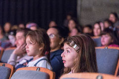 Negev, bier-Sheva, Israël - Kinderen - het publiek in de concertzaal met grijze stoelen Royalty-vrije Stock Afbeeldingen