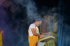Negev, cerveja-Sheva, Israel - ator em um tampão e um terno amarelo no teatro foto de stock royalty free