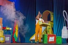 Negev, cerveja-Sheva, Israel - ator na fase do teatro do desempenho das crianças no hebraico Fotografia de Stock Royalty Free