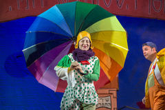 Negev, cerveja-Sheva, Israel - atriz e ator do teatro das crianças no hebraico na fase com um guarda-chuva brilhante grande no às Imagens de Stock